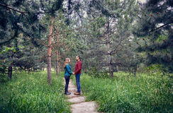 Junge Hippie-Paare im Wald Stockfoto