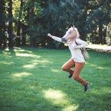 Junge Hippie-Pferdemaskenfrau im Herbst Stockbild