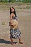 Junge hispanische Frau auf dem Strand Lizenzfreies Stockbild