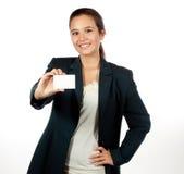 Junge hispanische Frau, die eine unbelegte Visitenkarte anhält lizenzfreie stockfotografie