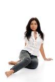 Junge hispanische Frauenaufstellung lizenzfreies stockbild