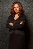 Junge hispanische Geschäftsfrau in der schwarzen Ausstattung Stockfotografie