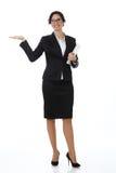 Junge hispanische Geschäftsfrau, die copyspace zeigt Getrennt auf weißem Hintergrund Lizenzfreies Stockbild