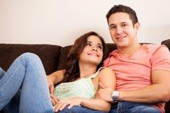Junge hispanische Paare in der Liebe Lizenzfreie Stockfotos