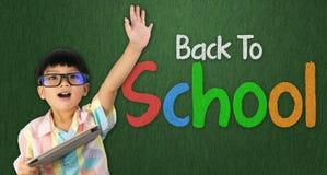 Junge hob die Hand an, die bereit ist, zur Schule zurück zu gehen Stockfotografie
