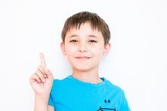 Junge hob seinen Zeigefinger an Stockfotografie