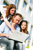 Junge Hochschulen, die an Laptop arbeiten Stockfoto