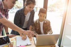 junge Hochschulstudenten, die mit Computer im Café studieren gruppe stockbilder