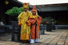 junge Hochzeitspaare in den Warteverwandten einer traditionellen Einstellung zu kommen lizenzfreies stockfoto