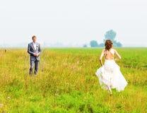 Junge Hochzeitspaare, die romantische Momente genießen Lizenzfreie Stockfotos