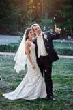 Junge Hochzeitspaare, die romantische Momente genießen Lizenzfreie Stockbilder