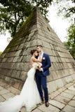 Junge Hochzeitspaare, die romantische Momente genießen Stockbilder