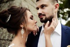 Junge Hochzeitspaare, die romantische Momente genießen Lizenzfreies Stockbild