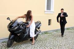 Junge Hochzeitspaare mit Motorrad Lizenzfreie Stockbilder