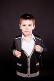 Junge im amtlichen dresscode mit Rucksack Stockfoto