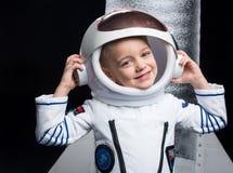 Junge im Astronautenkostüm stockfotos