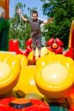 Junge im aufblasbaren Spielplatz lizenzfreies stockbild