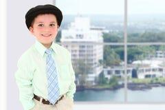 Junge im Bürohaus lizenzfreie stockfotografie