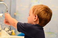 Junge im Badezimmer Stockbild