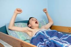 Junge im Bett Stockfotografie