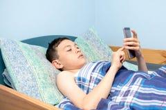 Junge im Bett Lizenzfreies Stockbild