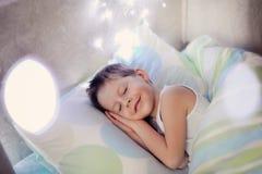 Junge im Bett Stockbild
