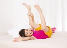 Junge im Bett Lizenzfreies Stockfoto