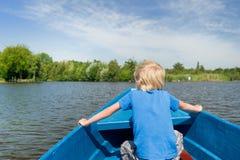 Junge im Boot Stockfoto