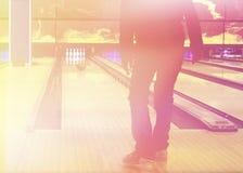 Junge im Bowlingspielverein Stockfoto