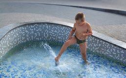 Junge im Brunnen Lizenzfreie Stockfotos