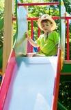 Junge im Cowboyhut auf dem Spielplatz Stockfoto