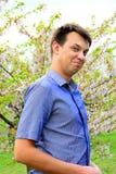Junge im der Kirschblütes Garten im Park Stockfotos