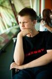Junge im Flughafenaufenthaltsraum Lizenzfreies Stockfoto