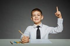 Junge im Geschäftshemd mit Farbbleistiften erhielt eine Idee Lizenzfreies Stockbild