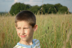 Junge im Gras Lizenzfreies Stockfoto