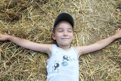 Junge im Heu Lizenzfreies Stockfoto