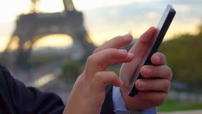 Junge im Hut liest Mitteilungen auf dem Smartphone stock video