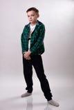 Junge im karierten Hemd wirft auf Stockfoto