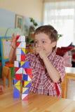 Junge im Kindergarten stockbild