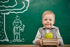 Junge im Klassenzimmer Stockbild