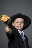 Junge im Kostüm mit Blumen Stockfotografie