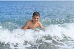Junge im Meer Stockfoto