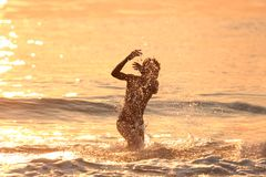 Junge im Meer Lizenzfreie Stockfotografie