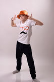 Junge im orange Hut Stockfotos