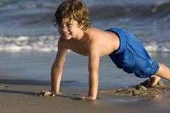 Junge im Ozean Stockfotografie