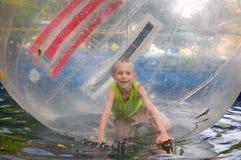 Junge im Park der Anziehungskräfte Stockfoto