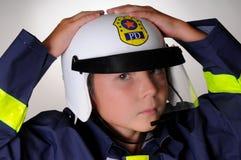 Junge im Polizist Kostüm Stockfotografie