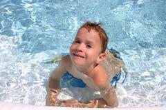 Junge im Pool Stockbild