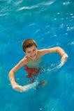 Junge im Pool stockbilder