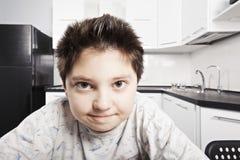 Junge im Pyjama an der Küche lizenzfreie stockfotos